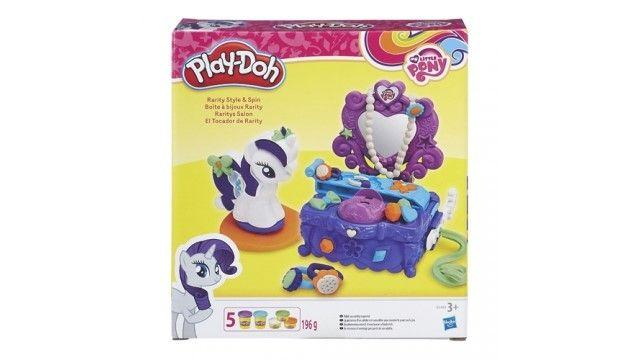 Play-Doh Rarity\'s Kaptafel  In elk kind zit een ontdekker een toekomstige leider en een originele bedenker. En elke kleurrijke zachte Play-Doh-boetseerklei is een onweerstaanbare uitnodiging om volop te ontdekken. Met de Play-Doh My Little Pony Rarity Style and Spin Set maak je diamanten juwelen en nog veel meer van Play-Doh. Plaats Rarity aan de kaptafel en voeg mooie diamanten toe aan haar manen. Als ze klaar is draai je haar rond op het plateau om haar looks te laten zien. Je hebt keuze…