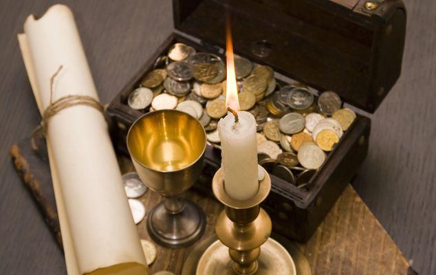 Ритуал для избавления от бедности и долгов.  Для ритуала понадобится кошелек или банковская карточка, зеркало, одна черная и три красные свечи. Зажгите сначала черную свечу, поставьте зеркало перед собой, а перед ним положите кошелек. Горящую свечу поставьте за зеркалом. Посмотрите в зеркало и мысленно попросите Богиню Гекату открыть врата потустороннего мира и забрать все долги, всю бедность и все неудачи. Представьте, как что-то черное и темное уходит из вас и из вашего кошелька и уходит в…