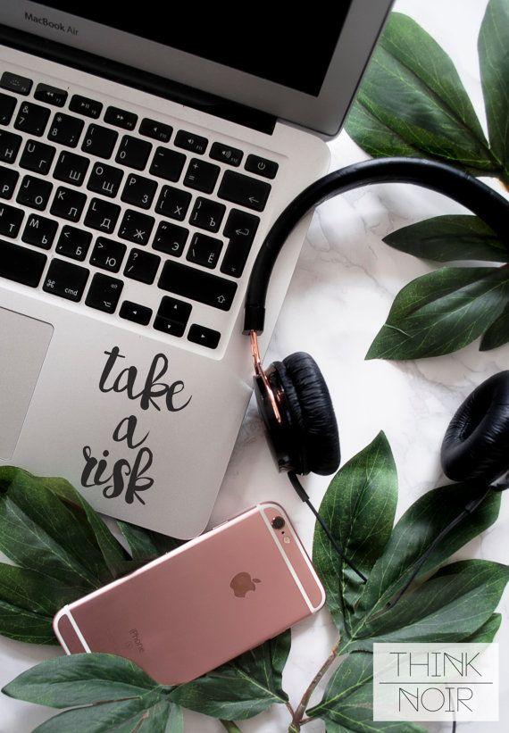 GEHEN Sie ein Risiko - Laptop Aufkleber  Motivierende Laptop Aufkleber  nehmen A Risiko  auf Ihrem Laptop ist perfekte Weise, wie Sie Ihre tägliche Arbeit zu motivieren. Machen Sie Ihrem Macbook oder Laptop mit ThinkNoir inspirierende Abziehbilder trendige!    SET BEINHALTET:  - Ein Risiko einzugehen  Abziehbild    TECHNISCHE DATEN:  -Self-Adhesive Vinyl-material  -Abnehmbare  -Waschbar  -Hinterlässt keine Rückstände beim Entfernen  -Kann auf Glas, Spiegel usw. angewendet werden  -Für…