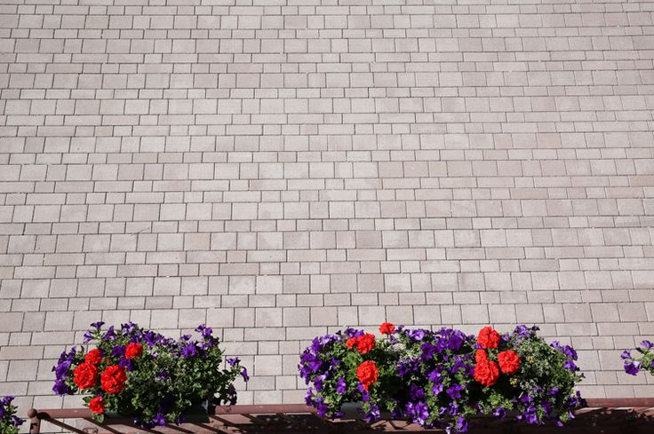 Rathausplatz Münsingen — TESCADO® Pflasterstein von braun-steine in der Farbe Porphyr.  TESCADO® paving stones by braun-steine coloured in porphyr.