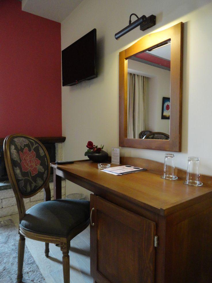 Η επιφάνεια εργασίας (γραφείο), μέσα στα δωμάτια του Hotel Rodovoli. (Konitsa, Epirus, Greece).