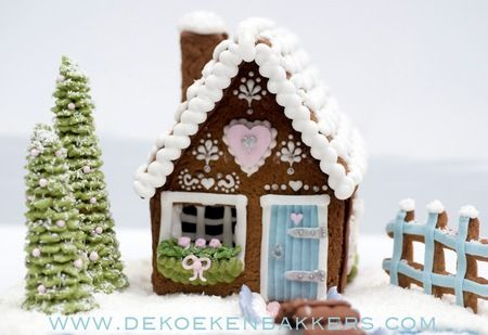 Sweetest gingerbread house EVER via Cakewrecks