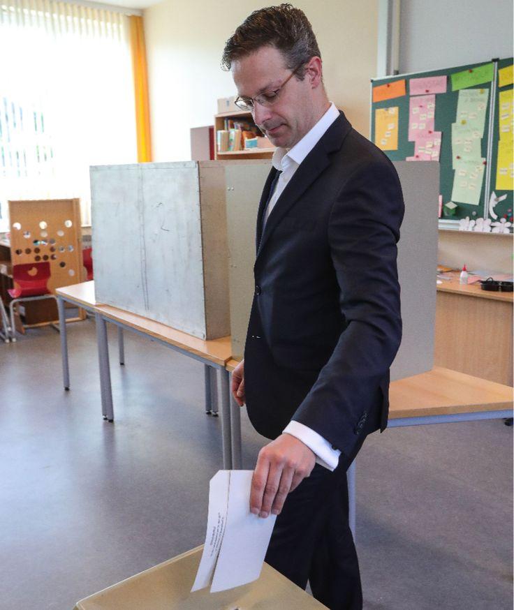 BILD-Ticker zur Landtagswahl NRW 2017 - Gut gelaunt! Kraft hat gewählt - Wichtiges zur Wahl - Die Optionen - Düsseldorf - Bild.de