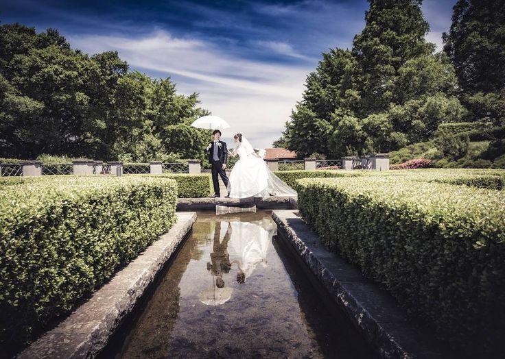#後撮り洋館のお庭にて��  水面への映り込みがきれいで好きな写真��何か絵画みたい✨ * photo��byfotofolly * #卒花嫁#ロケーションフォト#ウェディングフォト#ウェディングドレス#alolea#ハナプラ卒花レポ#ハナプラ花嫁#wedding#weddingdress#weddingphotography http://butimag.com/ipost/1498531978491104004/?code=BTL2uUWhosE