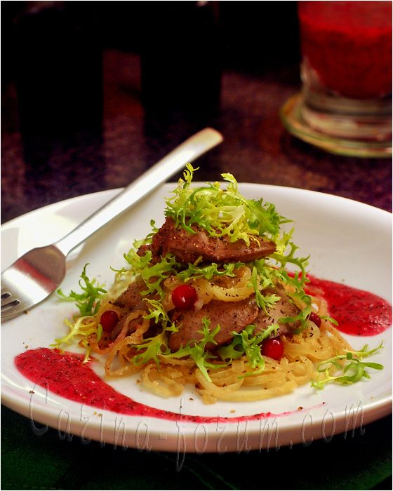 Теплый салат из куриной печени под клюквенным винегретом с  маком