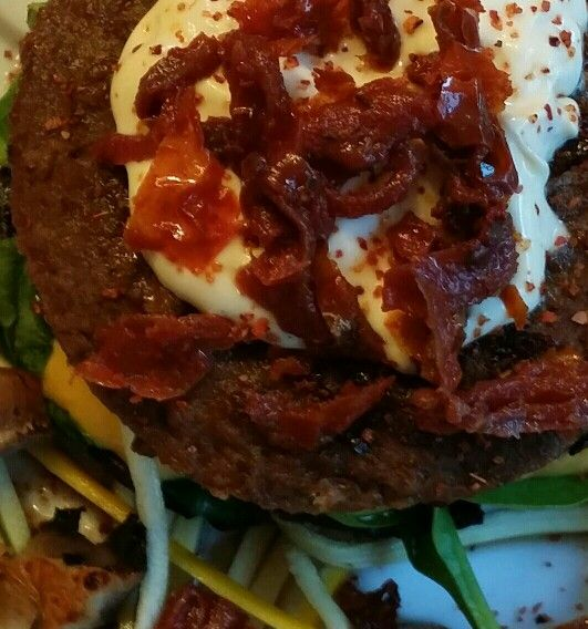Vege burger avec mayo épicées su tomates séchées!