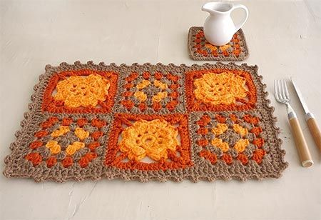 Jogo americano com squares de crochê com flor