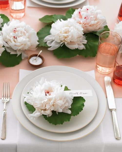 These peony place cards are fun, fresh, and easy to re-create--get the how-to here: