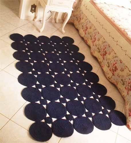 Коврики крючком действительно потрясающе смотрятся в интерьере. И главное, коврики из мотивов одинаково уместны и в прихожей, и в детской, и в гостиной. Схема вязания таких ковриков предельно простая…