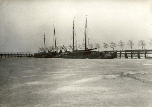 Ingevroren vissersboten in het ijs bij de haven van het eiland Schokland. Zuiderzee,  Nederland, 1924.
