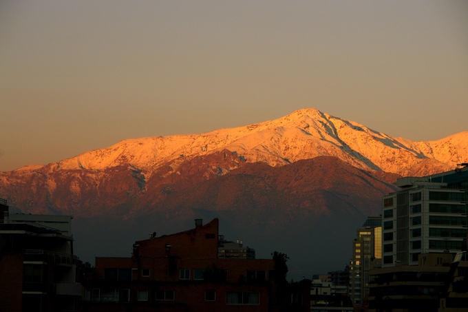 Final da tarde em Santiago - montanha nevada ao fundo
