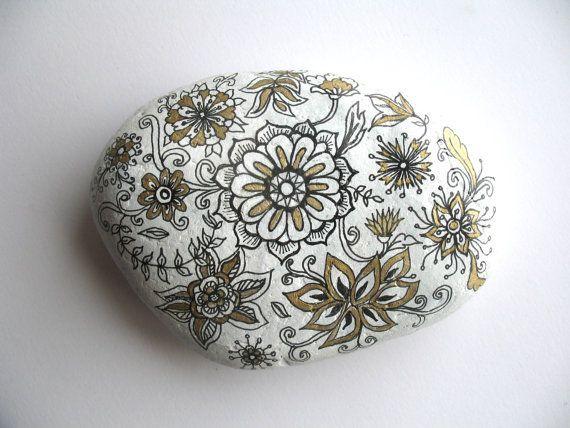 身近にある石を材料にして、インテリアにDIYする人が増えている!「ストーンペインティング」や、「ストーンアート」とも呼ばれ、海外で大人気!整いすぎてない、自然でいびつな形が愛らしい。しかも、材料費はゼロ円!お庭のガーデニングの飾りはもちろん、お部屋の中でも大活躍する石のインテリア。好きな絵を描いてオシャレにデコレーションしよう。石のDIYの手順、インテリアへの活用アイデアをご紹介します♪