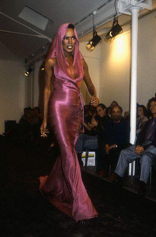 Грейс Джонс в показе весна-лето Haute Couture Azzedine Alaia