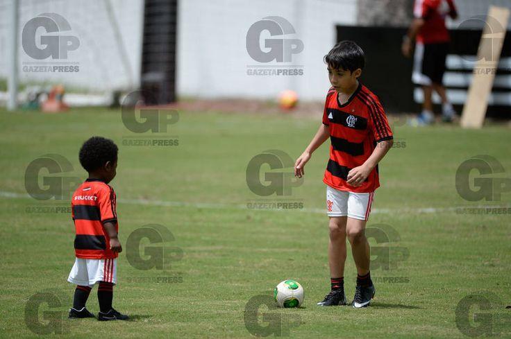 Resultados da Busca - Gazeta Press 12/10/13 Filhos dos jogadores do Flamengo Chicão (D) e Elias (E), durante treino para a partida contra o Botafogo-RJ, válida pela vigésima oitava rodada do Campeonato Brasileiro 2013.