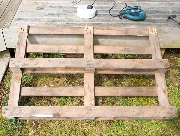 Diy pallet garden bed edging gardens diy pallet and beds for Cheap diy garden edging