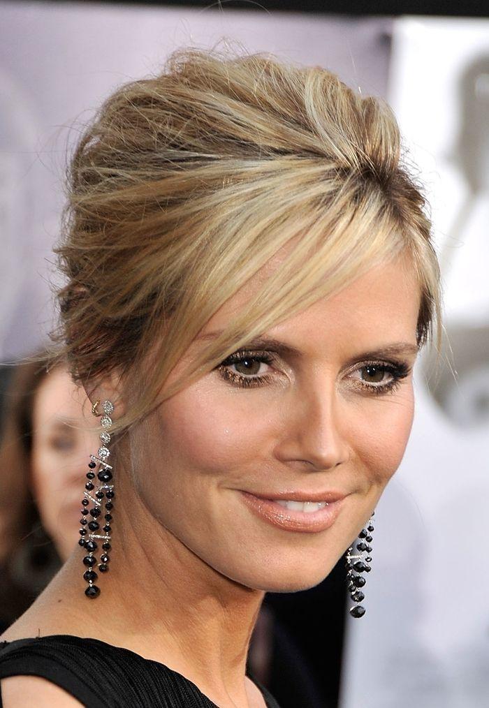 Hochsteckfrisur Hochzeit blondes Haar lange Ohrringe schönes Make up