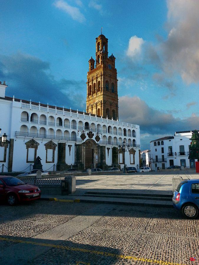 Iglesia Nuestra Señora de la Granada con su esbelta giralda en la plaza de España de Llerena. Badajoz.