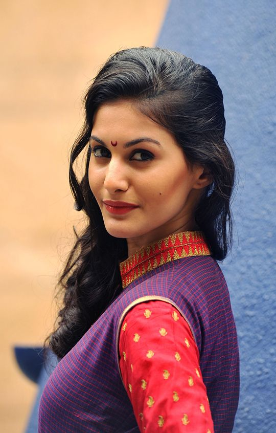 Amyra Dastur: She looks chic in traditional wear as well #Bollywood #Fashion #Style