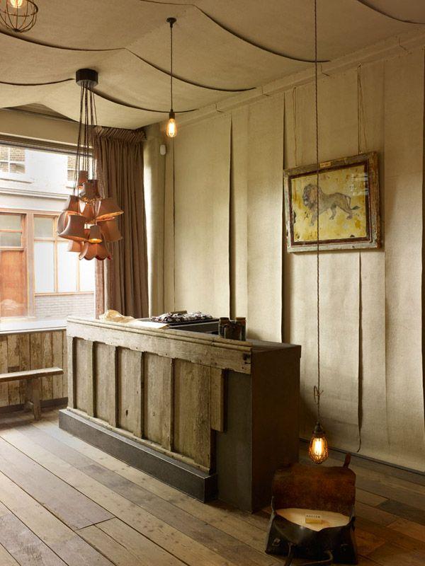 mostrador vintage de madera y pared tapizada tienda de campaña
