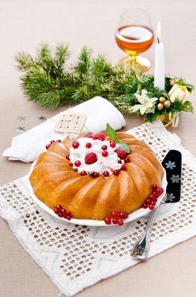 Receita de Savarin. Conheça o bolo Savarin, um bolo francês em formato de anel, com calda ao rum. Um bolo criado em homenagem ao gastrônomo Brillat-Savarin. Delicioso!