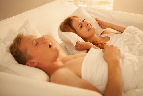Gesnurk kan erg vervelend zijn voor zowel de mensen die snurken als de mensen die er naast liggen. Lees dit artikel om je te helpen te stoppen met snurken.