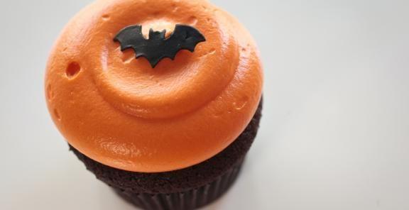 """Vanilla """"Bat"""" Halloween Cupcakes"""