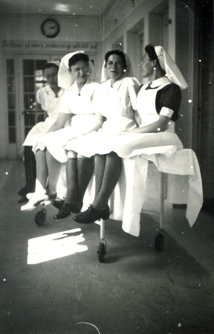 White pinafore apron nurse - Zusters In De Gang Op Een Brancard In 1947 In Het Diaconessenhuis Aan De Parklaan In