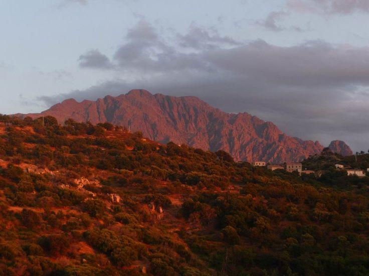 Corsica - Calvi - Montegrosso est une commune française située dans le département de la Haute-Corse. Elle est issue de la fusion des villages de Montemaggiore, Lunghignano et Cassano dans les années 1970.