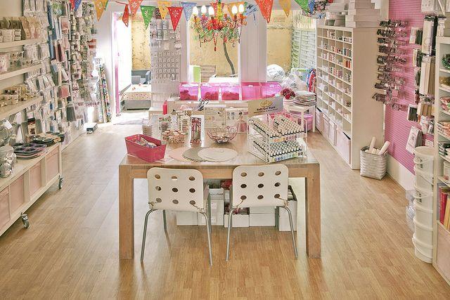 Esta tienda es muy simple, me gusta que no tenga muchos productos. Macarena shop interior by hans fotografeert, via Flickr
