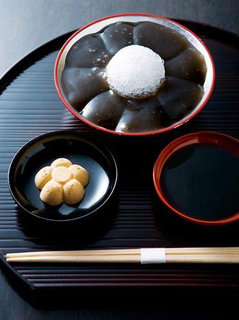 Japanese sweets, warabi mochi with kinako and brown sugar syrup   Gion, Kyoto わらび餅
