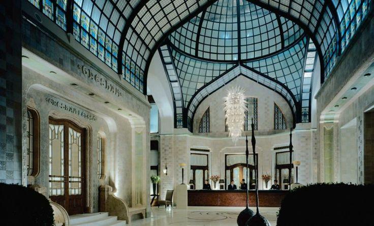 Морозная люстра в отеле http://www.lustra-market.ru/blog/moroznaya-lyustra-v-otele/  Когда северные туристы добираются из аэропорта до гостиницы по южной жаре, они жаждут только одного — прохлады! Вестибюль этого отеля выдержан в благодатных прохладных тонах, а подвесная люстра, украшающая его — словно большая ледяная сосулька!