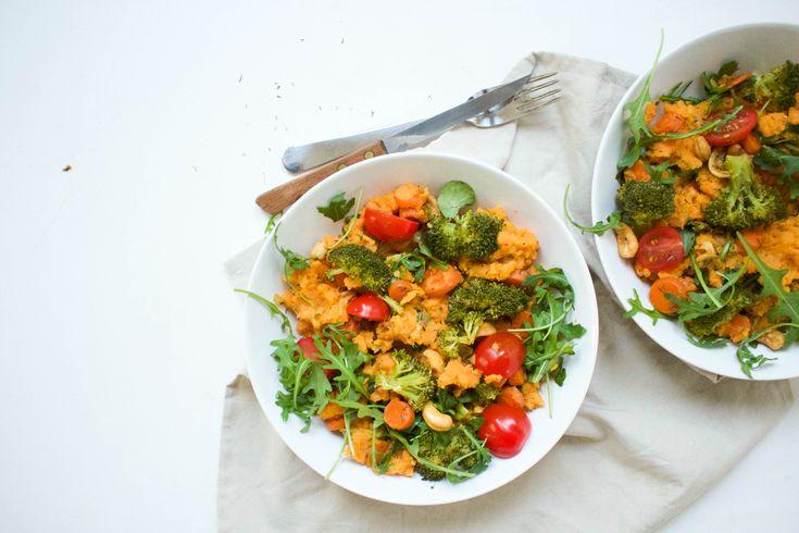 Zoete+aardappel+stamppot+met+broccoli,+wortel,+tomaat+en+rucola
