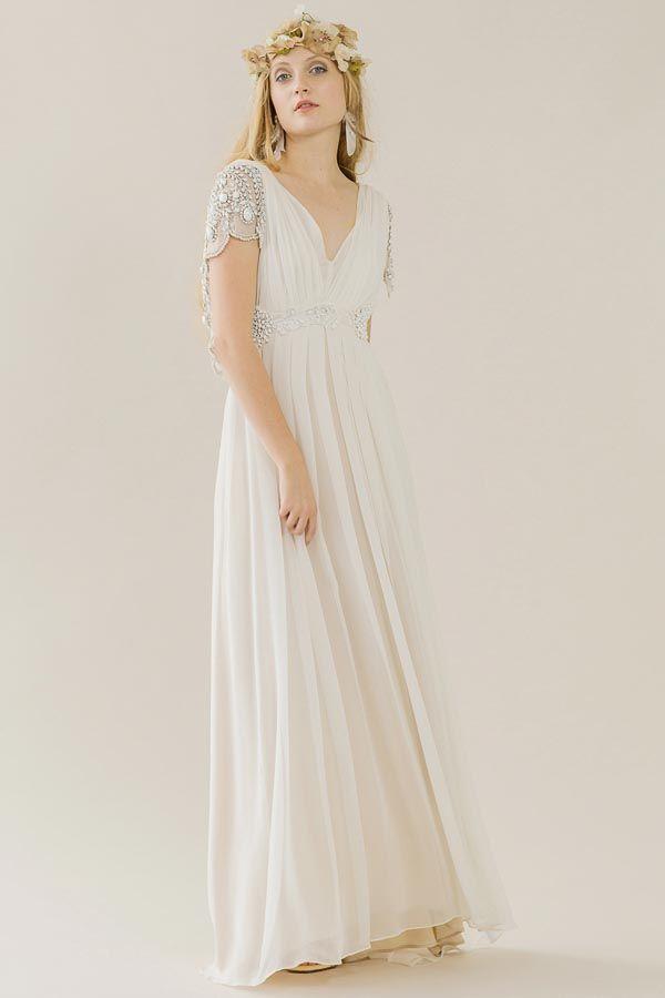 Fließendes Vintage-Brautkleid mit bestickten Ärmeln und tiefem V-Ausschnitt von Rue de Seine gefunden bei www.weddingstyle.de
