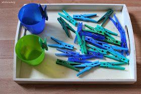 Maria Montessori, Montessori, Lernmaterial, Sortierübung, Sortierübung nach Farbe, 18-20 Monate alt, Kleinkind, Hand-Augen-Koordination, Schulung, Farben erkennen und sortieren, Übung des Täglichen Lebens,Wäscheklammern, spielen mit Wäscheklammern, Blau, Grün, Farbspiel,