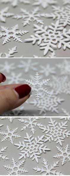 DIY Schneeflocken aus Wattepads + Anleitung: DIY, Selbermachen, Basteln, Geschenke, Geschenkideen, Weihnachtsgeschenke, Streudeko, Deko, Dekoration, Weihnachtsdekoration, Schneeflocken, Recycling, Stanzmaschine, Tutorial....