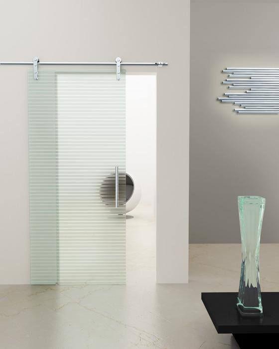 Γυάλινη συρόμενη πόρτα με σχέδιο αμμοβολής με κρύσταλλο 10 mm ασφαλείας και ανοξείδωτους μηχανισμούς.