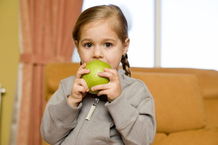 ¿Cuáles son los beneficios de las frutas y verduras para los niños?. Las frutas y las verduras pueden no encabezar la lista de alimentos favoritos de los niños, pero existen buenas razones para incluir más de estos alimentos en la dieta de tu hijo. Las frutas y verduras son ricas en vitaminas, ...