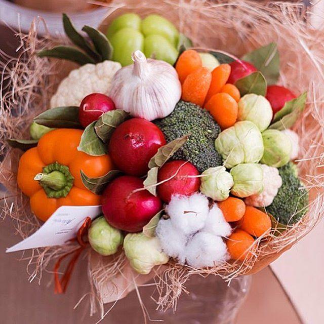 """Бывает, заказчики опасаются чисто овощных букетов """"Не, ну как я буду живой девушке букет с чесноком дарить?"""" - один дядя на века сказал  А вот, пожалуйста  дяди  как вам? Максимально яркий, максимально овощной  Ииии кто скажет, что он не девичий?  #ohorosho"""
