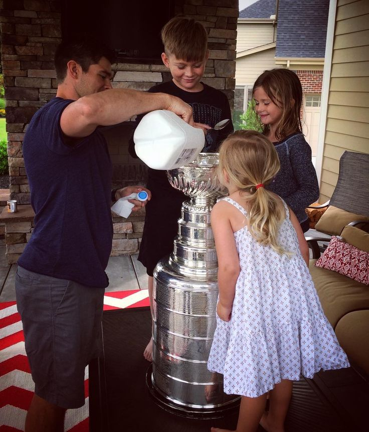 The day with the cup starts today, Chris Kunitz gets it and no better way to start off the morning with some cereal.. Out of the cup. - Also be sure to check back on the account, I'll have a bunch of pictures with everyone's day with the cup