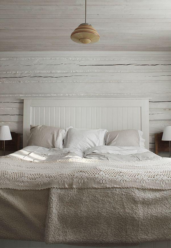 Sängstommen fick ett helt nytt utseende med panelskivan och lite färg såklart #sovrum #lantligt