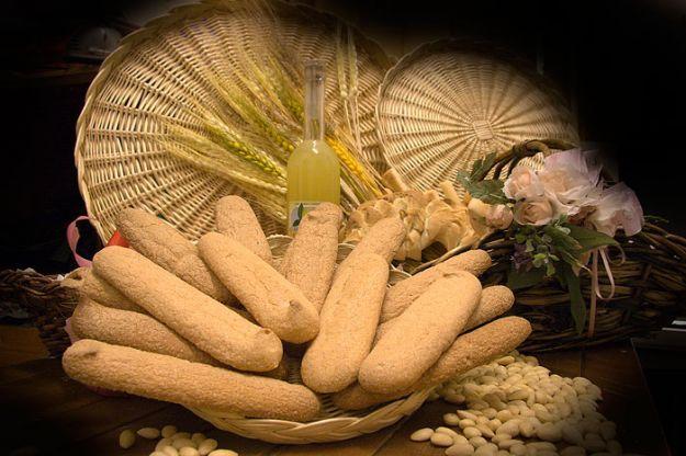 La ricetta dei savoiardi sardi o pistoccus, biscotti per l'ora del tè e non solo | ButtaLaPasta