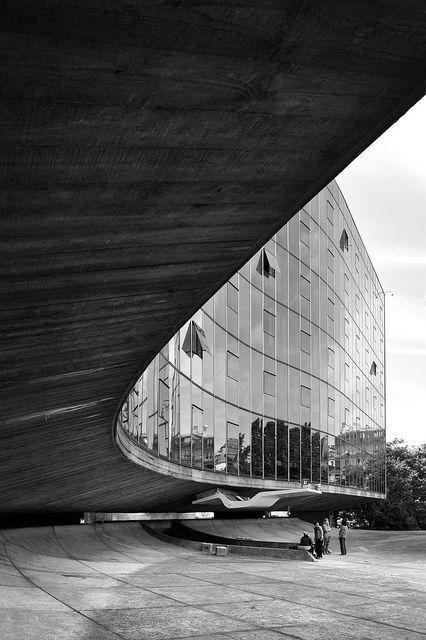 Oscar Niemeyer / Sede do Partido Comunista, Paris / Projeto a partir de 1965, concluído em 1971, ao passo que a cúpula, o átrio e o salão subterrâneo são de 1979-1980