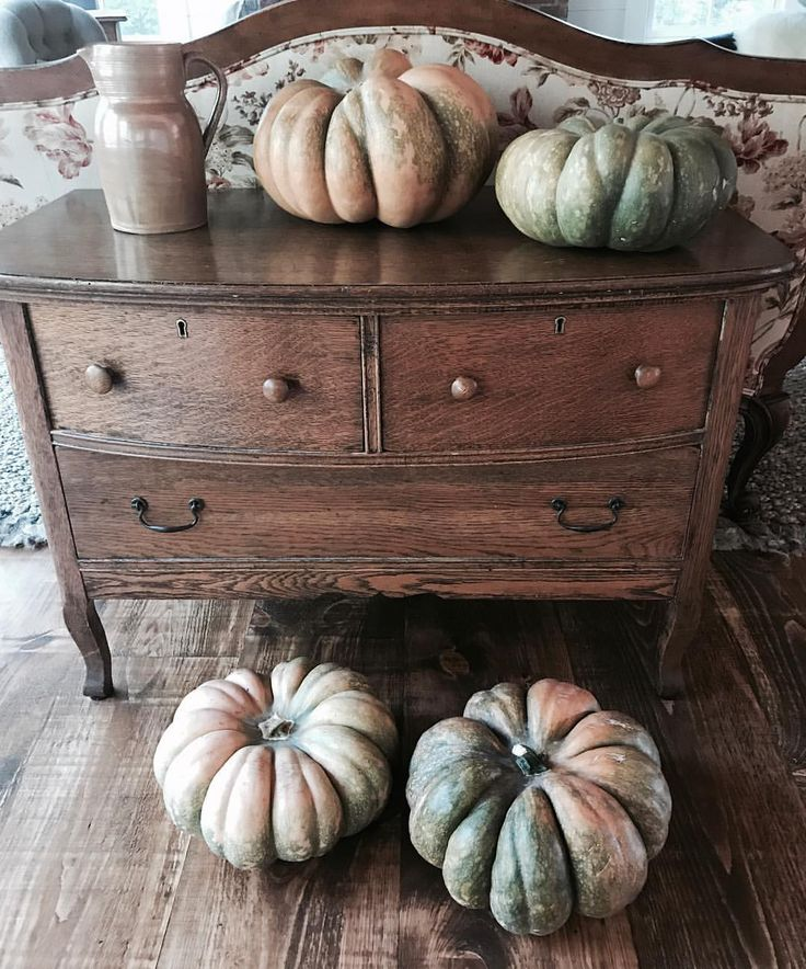 I know... too soon for pumpkin pic 🙈so it is really a dresser pic, it belonged to my husband's grandfather.