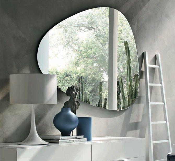 Specchiera TONIN CASA modello Stone, prende forma proprio dai sassi arricchendosi di sfumature per dare vita ad una specchiera decisamente originale.