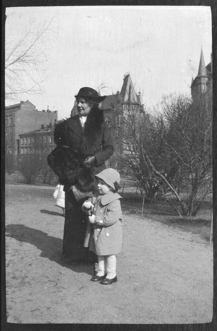 Anni ja Tom Simberg Katajanokan puistossa. Kansallisgalleria, Hugo Simberg 1914.