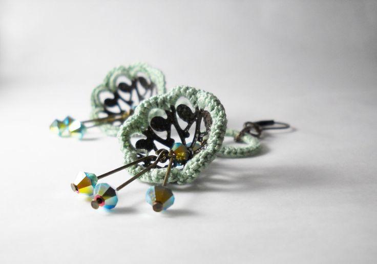 Orecchini floreali - Fiori pendenti bronzo e verde menta by Calliphorabeads on Etsy