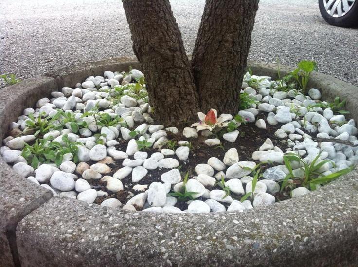 """Land Art """"La fiamma della natura"""" Composizione di un fiore fatto di lino e sassolino dipinto. Significato: la natura ormai è oppressa dalla mano umana, ma la fiamma che arde dentro di essa è fortissima, inestinguibile!"""