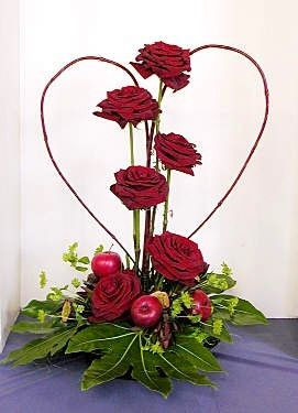 Red roses withing a willow shaped heart