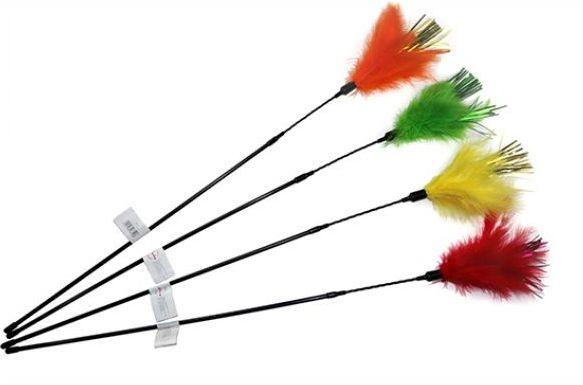 Kattvippa+Purrfect+Diva+Feather+med+fjädrar+&+glitter+lockar+din+katt+till+lek.+Fjädrarna+är+färgade+med+karamellfärg.+Klassisk+fjädervippa+som+uppmuntrar+kattens+naturliga+instinkt+att+jaga.+Kattspöt+finns+i+olika+färger+&+skickas+1+st.