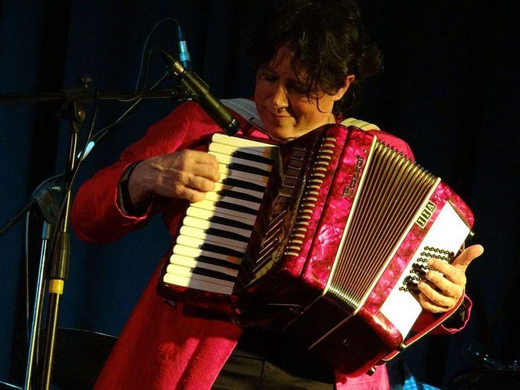 Arrivée au Mexique en 1998, Nathalie Braux n'en est jamais repartie. Compositrice et musicienne, elle est à l'origine du groupe Sherele, d'inspiration Klezmer, et enseigne également au lycée franco-mexicain de Guadalajara.